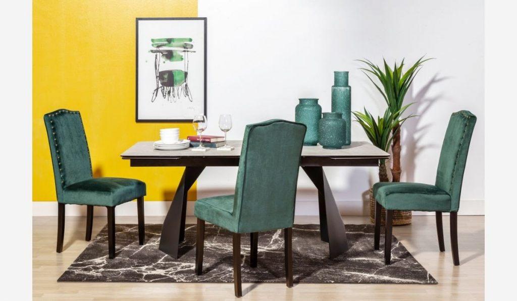 Fotografía de un ambiente destinado a comedor con juego de sillas verdes
